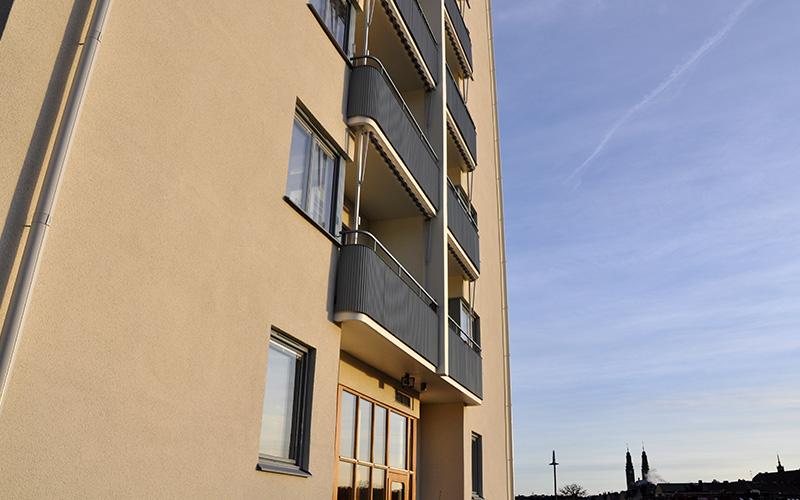 Fasadrenovering, fönsterbyte, takrenovering samt montering av balkongskärmar åt brf Reimer på Reimersholme. SEHED Tresson 2018-2019