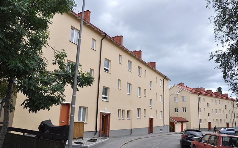 Tresson genomförde fasad- och takrenovering åt Brf Hyvelbänken, Enskede, under 2018.